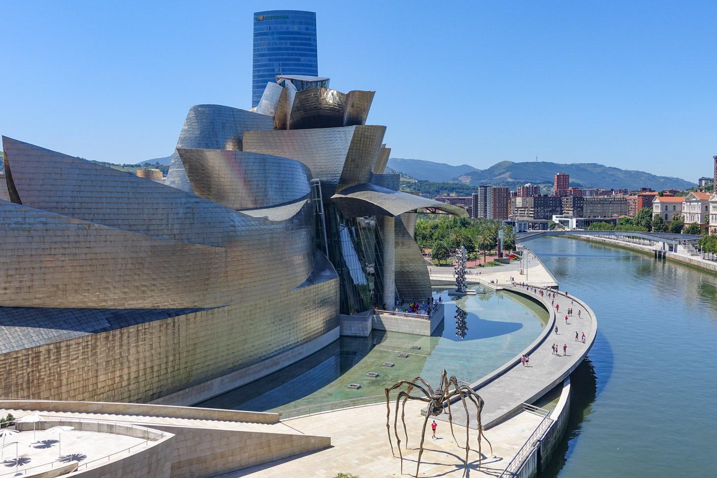 Het prachtig vormgegeven Guggenheim Museum in Bilbao