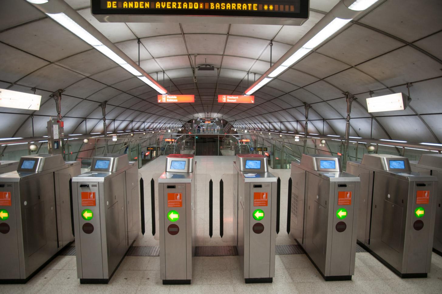 De poorten van een metrostation in Bilbao
